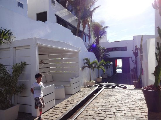 Brava Hotel: O entorno do hotel lembra os hoteis da Grécia, todo branco