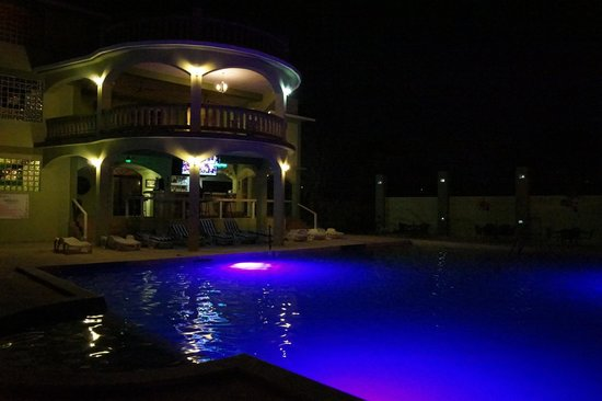 Midas Belize: View of the pool/bar at night