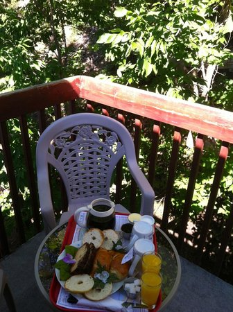 Couette et Cafe Champlain: Our breakfast served on our balcony.
