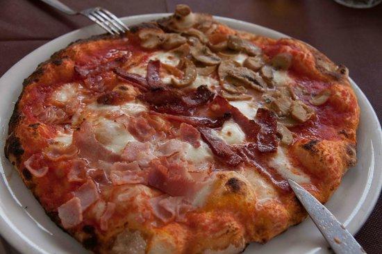 Trattoria Medina: Pizza Quattro Stagioni