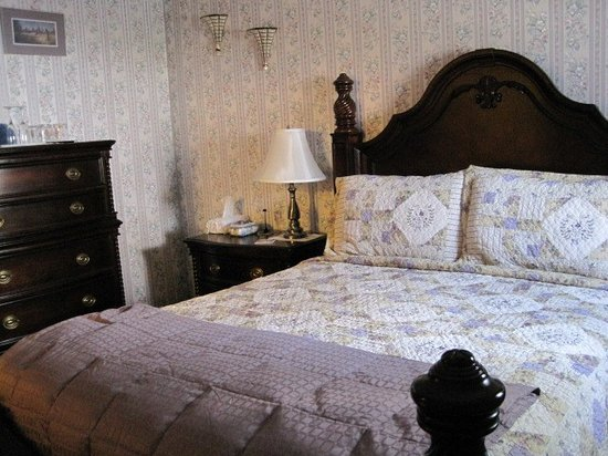 Colonial Charm Inn: Connor James Room