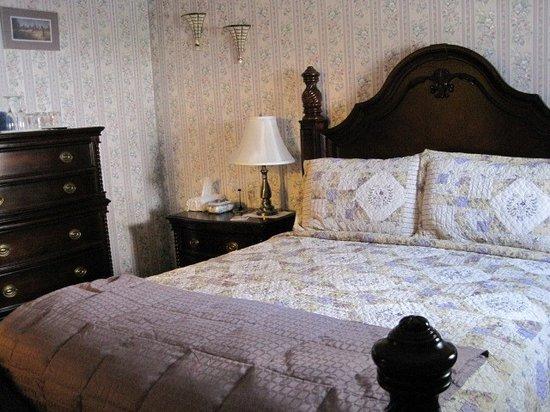 Colonial Charm Inn: Connor James Room