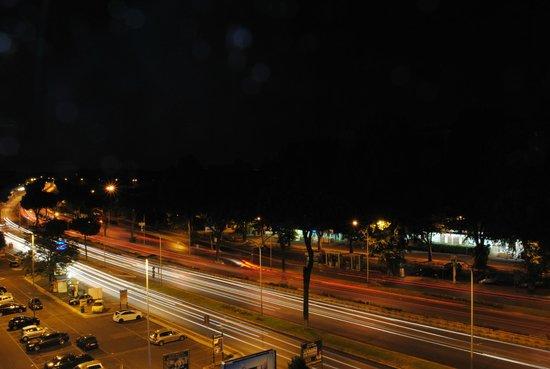 Caravel Hotel: Vista su via Cristoforo Colombo di notte