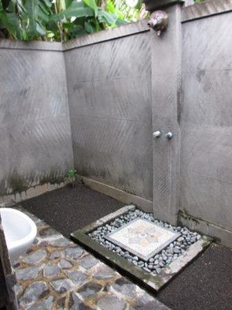 Suka Sari Cottages & Warung: Suka Sari outdoor bathroom