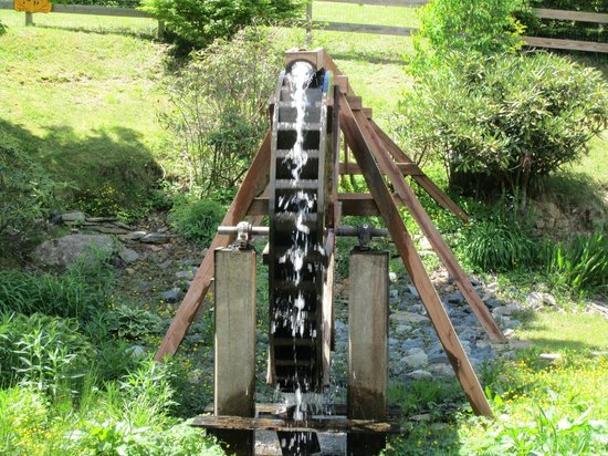 Smokey's Smoke House : Water wheel