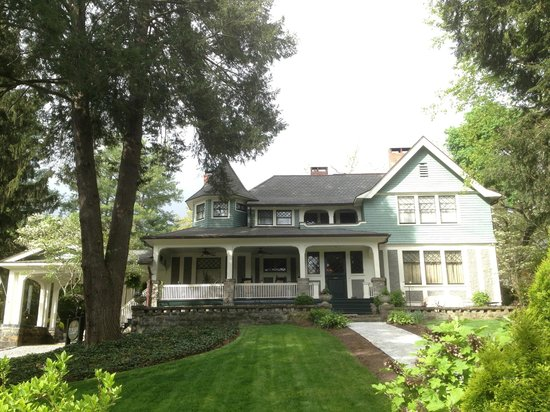 Black Walnut Bed and Breakfast Inn: Another front view of the Black Walnut
