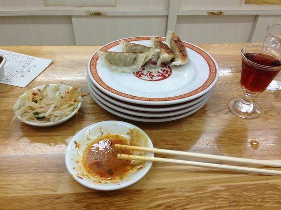 Kameido Gyoza Honten: わんこそば状態の餃子と老酒
