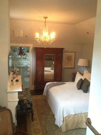 Black Walnut Bed and Breakfast Inn: The Camellia
