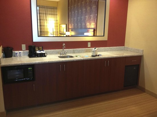 Courtyard Ottawa East: Wet bar, microwave, and mini fridge