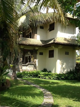 Sawah Sunrise Bed & Breakfast: View of guest building from the east garden