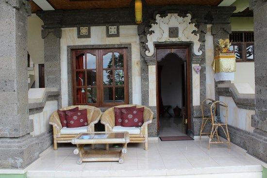 Sawah Sunrise Bed & Breakfast: The garden veranda