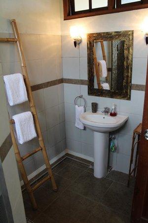 Sawah Sunrise Bed & Breakfast: Modern en-suite bathrooms