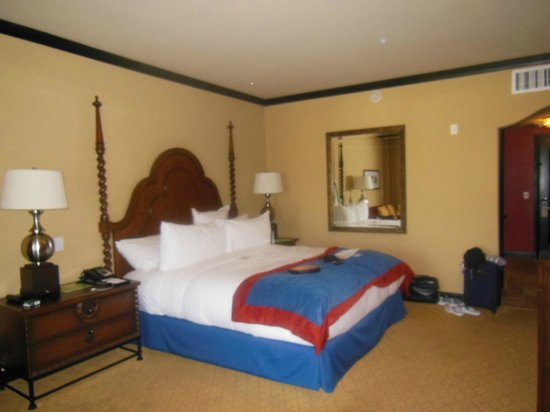 Omni Scottsdale Resort & Spa at Montelucia: King bed suite
