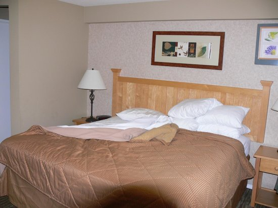 Comfort Inn and Suites North Vancouver: Bed is spacious and comfortable