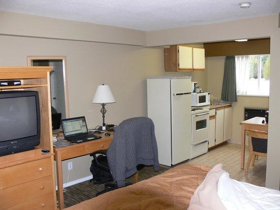 Comfort Inn and Suites North Vancouver : The kitchen, work desk, and TV (some rooms have LCD TVs).
