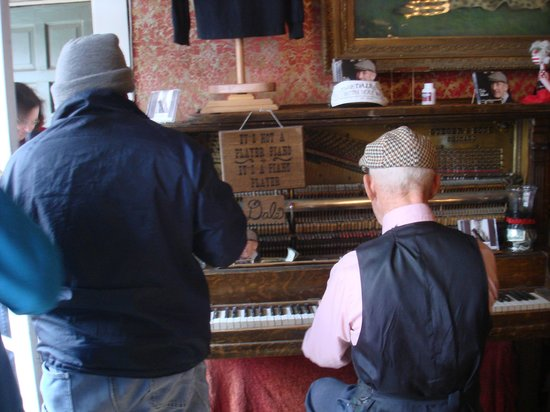 The Grand Restaurant and Saloon: Excellent rag time piano playing