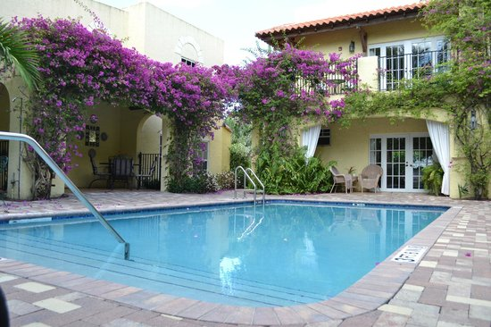 Grandview Gardens Bed & Breakfast : Swimming pool area in courtyard