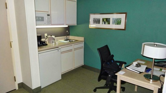 SpringHill Suites Las Cruces : Work desk and kitchenette area