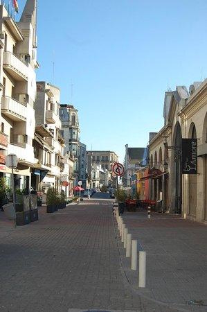 Babieca Restaurante y Parrillada: Calle donde se ubica el restaurante, se divisan las sillas rojas de su terraza