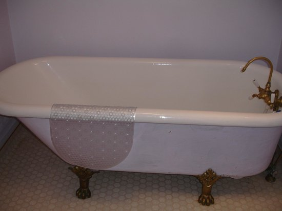 Power's Mansion Inn: Bathtub needs to be reglazed