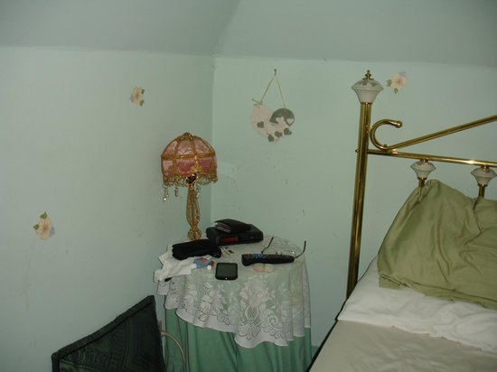 Power's Mansion Inn: lamp being held up by the wall or maybe the wall is being held up by the lamp