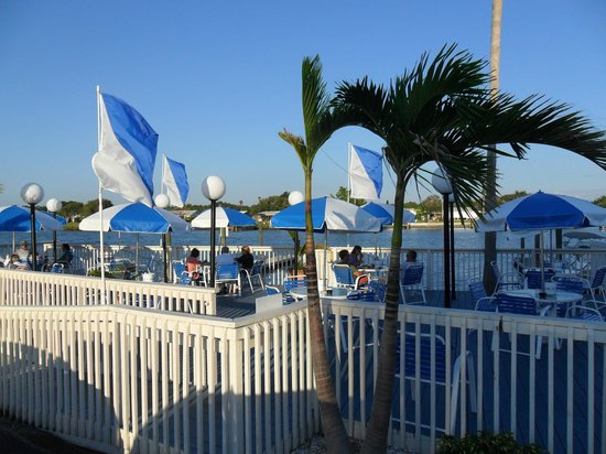 The Pub Waterfront Restaurant & Lounge : Outdoor dining and 50 boat slips, and free parking!