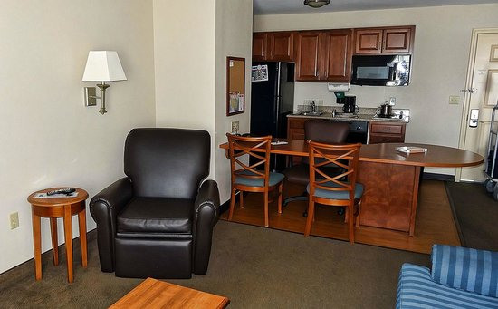 Candlewood Suites Roswell New Mexico: Kitchen as seen from Living Room