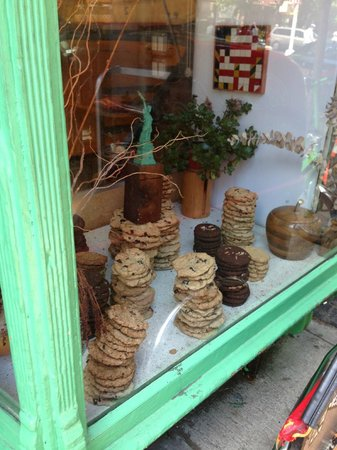 Bird Bath Bakery: Cookies in the window- try to keep walking- I dare you