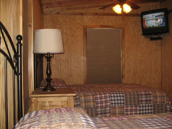 4J River Way Cabins and RV Camp : Cabin Bedroom
