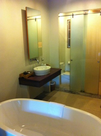Metadee Resort and Villas: Bathroom