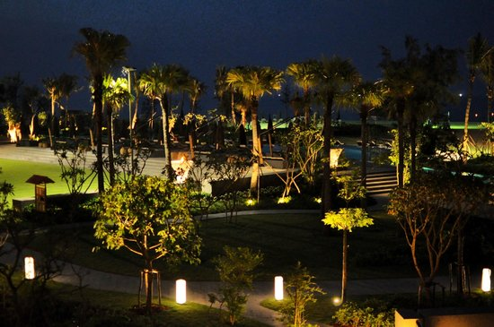 Angsana Lang Co: Night view of the resort pool