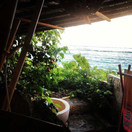Le Sabot Bali / Beach Front Bungalows Padang Padang: Outdoor bathroom - the studio