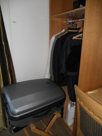 ibis Styles London Gloucester Road: The Cromwell-wardrobe