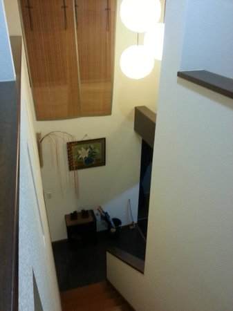 Chiyoda Inn: Staircase to the rooms