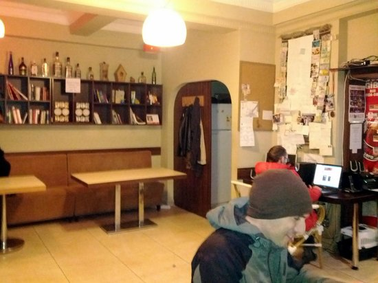 Second Home Hostel: Ресепшн