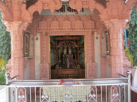 Paramount Beach Resort: Chandika temple vanakbara