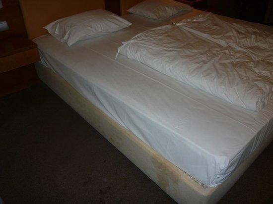 Athens Cypria Hotel: Frisch gemachtes Bett