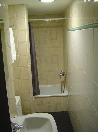 Hostal La Rotonda: baño estrecho