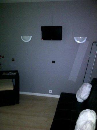 Auberge du Lion d'Or : Vue de la TV depuis les pieds de lit