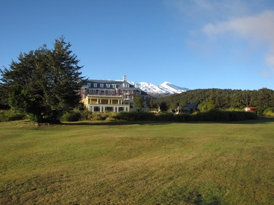 Chateau Tongariro Hotel: The Chateau early morning