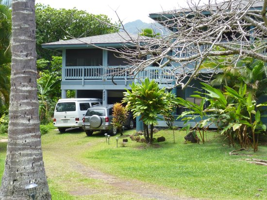 Kalalau B & B: The cottage is over the car port
