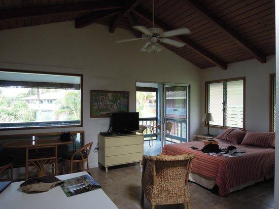 Kalalau B & B : Main living area towards screened balcony