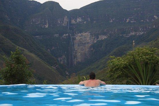 Gocta Andes Lodge: Вид из бассейна на водопад Гокта