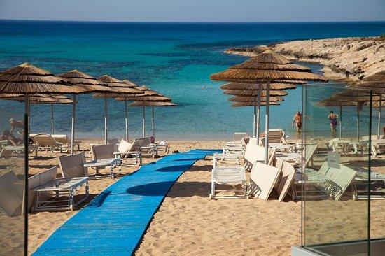 Adams Beach Hotel : пляж