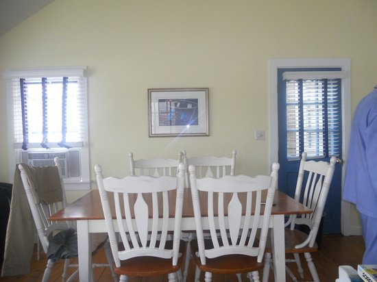 The Cottages at Nantucket Boat Basin: salón-comedor con sofá cama
