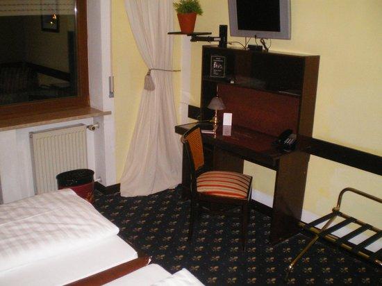 Airport Hotel Regent: Zi 16