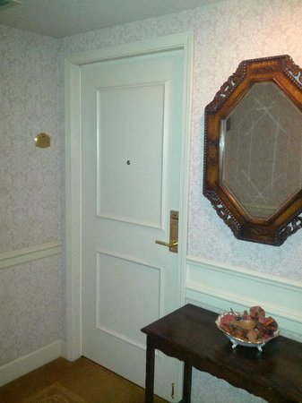 Wedgewood Hotel & Spa: Suite 1205 right off elevator but mouse-quiet!