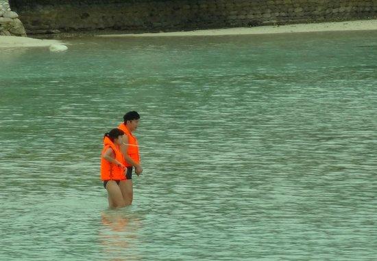Club Med Kani: Attraction comique : les chinois se baignent dans 30cm d'eau à 30° avec leur gilet de sauvetage
