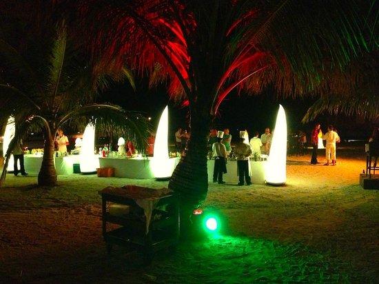 Club Med Kani: Un must, plusieurs fois par semaine, le Manta 5 tridents organise un apéro sur la plage...