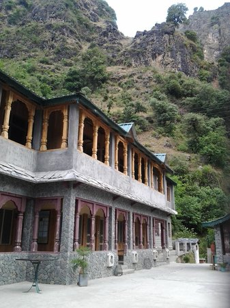Himalayan Paradise Hotel: Surrounded by mountains